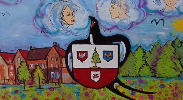 Wycinek muralu przedstawiający herb gminy Herby, jaskółkę i twarze osób otoczone chmurami, po lewej stronie domy a po prawej drzewa
